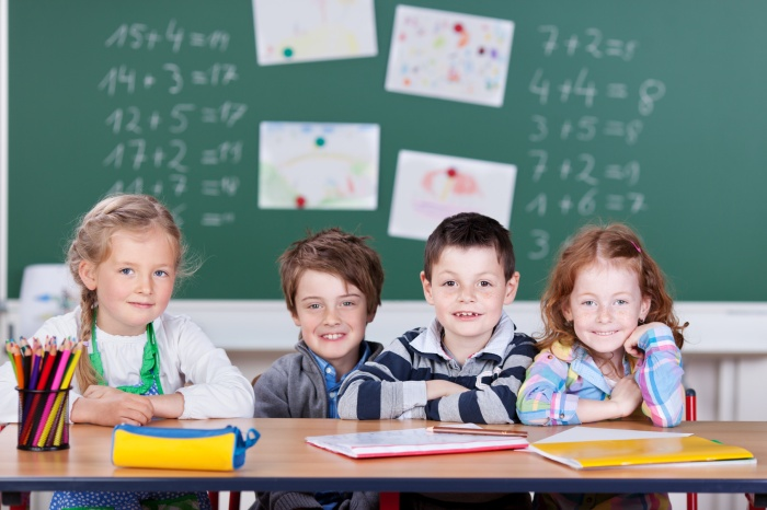 vier schulkinder in der klasse